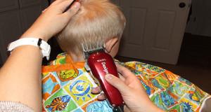 سشوار کشیدن و تراشیدن موی کودکان اشتباه است