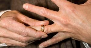 به چه دلیل همسر شما حلقه ازدواج به دست نمی کند؟