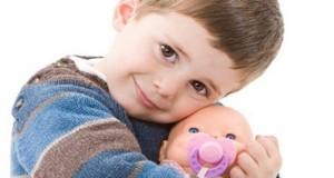 اشتباه نکنید؛ پسرها هم عروسک بازی دوست دارند!