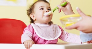 کودک من چه زمانی آمادگی نشستن روی صندلی غذا را دارد؟
